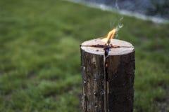 Stub шведского огня факела горящий на плите для остатков или сварить настроение еды chill Стоковое Фото