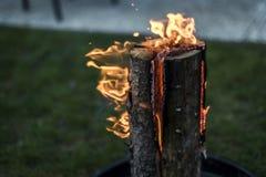 Stub шведского огня факела горящий на плите для остатков или сварить настроение еды chill Стоковые Изображения
