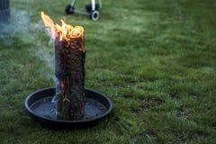 Stub шведского огня факела горящий на плите для остатков или сварить настроение еды chill Стоковые Фотографии RF