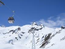Stubai冰川,奥地利,2019年5月2日:去在Schaufelspitze山上面的白色电车滑雪电缆车客舱在 免版税库存照片