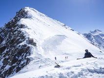 Stubaigletsjer, OOSTENRIJK, 2 Mei, 2019: Snowboarderzitting en het ontspannen bij de bovenkant van Schaufelspitze-berg in Stubai stock foto