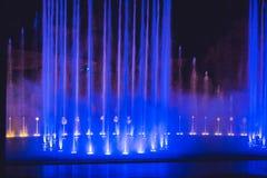 Stubarwna dancingowa wodnego strumienia fontanna w zmroku Zdjęcie Stock