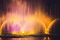 Stubarwna dancingowa wodnego strumienia fontanna w zmroku Obraz Stock