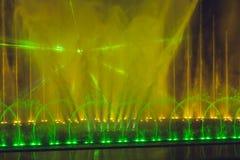 Stubarwna dancingowa wodnego strumienia fontanna w zmroku Obrazy Stock