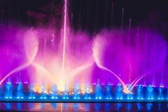 Stubarwna dancingowa wodnego strumienia fontanna w zmroku Zdjęcie Royalty Free