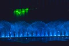 Stubarwna dancingowa wodnego strumienia fontanna w zmroku Obrazy Royalty Free