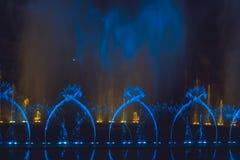 Stubarwna dancingowa wodnego strumienia fontanna w zmroku Zdjęcia Stock