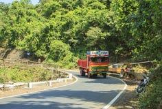 Stubarwna indianin ciężarówka TATA jedzie wzdłuż halnego Roa Zdjęcie Stock