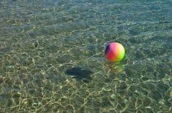 Stubarwna plażowa piłka na dennej powierzchni obrazy royalty free