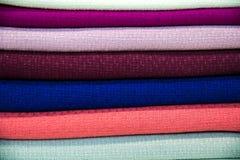 Stubarwna sterta tkaniny - tkaniny kłamają na górze each inny obraz stock