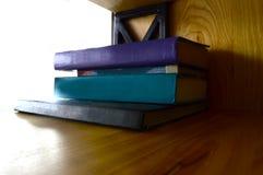 Stubarwne książki na półce zdjęcie stock