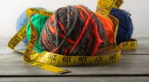 Stubarwne nici, nożyce i władca, zdjęcie stock