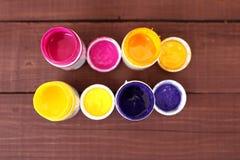 Stubarwne plastikowe puszki z farbami Artysty miejsca pracy tło Sztuk narzędzia Maluje tło Kolorowa artysta paleta Miękka część Zdjęcie Royalty Free