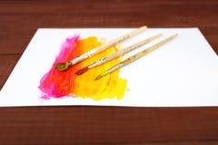 Stubarwne plastikowe puszki z farbami Artysty miejsca pracy tło Sztuk narzędzia Maluje tło Kolorowa artysta paleta Miękka część Obraz Royalty Free