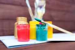 Stubarwne plastikowe puszki z farbami Artysty miejsca pracy tło Sztuk narzędzia Maluje tło Kolorowa artysta paleta Miękka część Fotografia Royalty Free