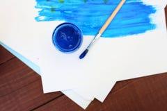 Stubarwne plastikowe puszki z farbami Artysty miejsca pracy tło Sztuk narzędzia Maluje tło Kolorowa artysta paleta Miękka część Obrazy Stock