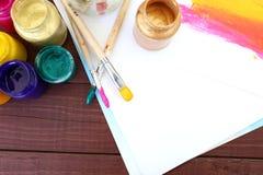 Stubarwne plastikowe puszki z farbami Artysty miejsca pracy tło Sztuk narzędzia Maluje tło Kolorowa artysta paleta Miękka część Zdjęcia Stock