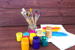 Stubarwne plastikowe puszki z farbami Artysty miejsca pracy tło Sztuk narzędzia Maluje tło Kolorowa artysta paleta Miękka część Fotografia Stock