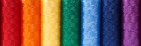 Stubarwne szwalne nici układają jak tęcza Zdjęcie Stock