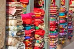 Stubarwne tkaniny w rynku Nepal Zdjęcie Royalty Free