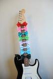 Stubarwni łęków krawaty na gitary fretboard szyi Biały tło, bezpłatna przestrzeń dla teksta Zdjęcia Stock