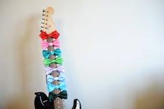 Stubarwni łęków krawaty na gitary fretboard szyi Biały tło, bezpłatna przestrzeń dla teksta Obrazy Stock