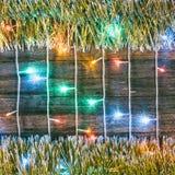 Stubarwni światła girlandy i złota świecidełko na starej stajni wsiadają Obrazy Stock