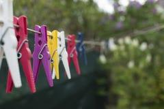 Stubarwni clothespins na clothesline Zdjęcie Royalty Free