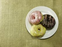 Stubarwni donuts na białym naczyniu Zdjęcia Royalty Free