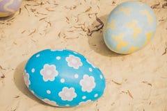 Stubarwni jajka w trawie Wielkanocnych jajek polowanie, outdoors r Zdjęcia Royalty Free