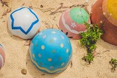 Stubarwni jajka w trawie Wielkanocnych jajek polowanie, outdoors r Obraz Royalty Free