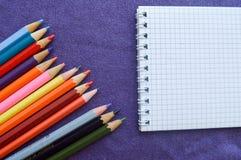 Stubarwni, jaskrawi, kolorowi ołówki dla rysować, fotografia stock