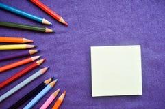 Stubarwni, jaskrawi, pstrobarwni ołówki dla rysować, obrazy stock