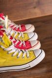 Stubarwni młodości gym buty na podłoga Zdjęcia Stock