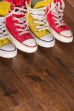Stubarwni młodości gym buty na podłoga Obraz Stock