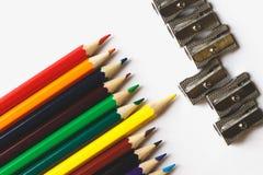 Stubarwni ołówki i ostrzarki na białej powierzchni zdjęcia royalty free