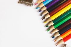 Stubarwni ołówki i ostrzarki na białej powierzchni fotografia stock