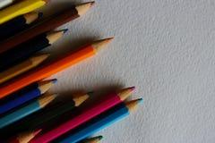 Stubarwni ołówki na białym textured papierowym tle Obrazy Stock