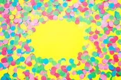 Stubarwni papierowi confetti na żółtym tle zdjęcia royalty free