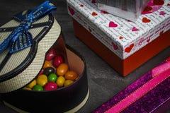 Stubarwni prezenty na ciemnym drewnianym stole fotografia royalty free