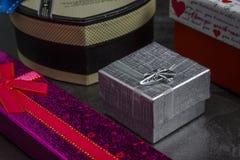 Stubarwni prezenty na drewnianym stole zdjęcia royalty free