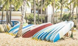 Stubarwni surfboards przy Waikiki Wyrzucać na brzeg w Honolulu Hawaje zdjęcia royalty free