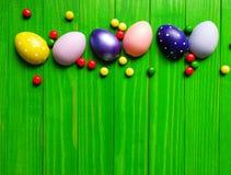 Stubarwni Wielkanocni jajka na zielonym drewnianym tle Zdjęcie Royalty Free