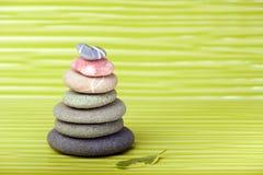Stubarwni Zen kamienie i liść na falistej powierzchni Obrazy Stock
