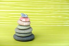 Stubarwni zen kamienie na pofalowanej powierzchni Obrazy Royalty Free