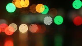 Stubarwny bokeh od ulicy i świateł ruchu przy nocą Samochodowe wiper pracy, raininng zbiory wideo