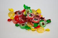 Stubarwny cukierek i lizaki na białym tle zdjęcie royalty free