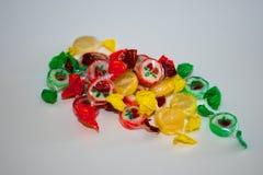 Stubarwny cukierek i lizaki na białym tle zdjęcia royalty free