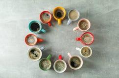 Stubarwny filiżanka kawy okrąg na popielatym tle, odgórny widok obrazy royalty free