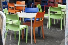 Stubarwny plastikowy meble na ulicie blisko kawiarni Zdjęcie Stock